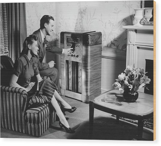 Couple Listening To Radio In Living Wood Print