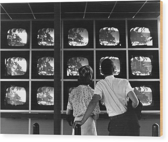Couple Watching Televisions At New York Wood Print by Alfred Gescheidt
