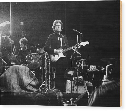 Dylan & Helm At Madison Square Garden Wood Print by Fred W. McDarrah
