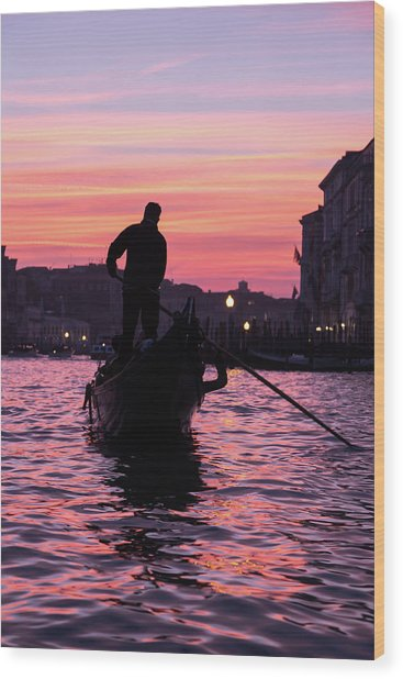 Gondolier At Sunset Wood Print