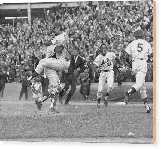 N.y. Mets Defeat The Baltimore Orioles Wood Print by New York Daily News Archive