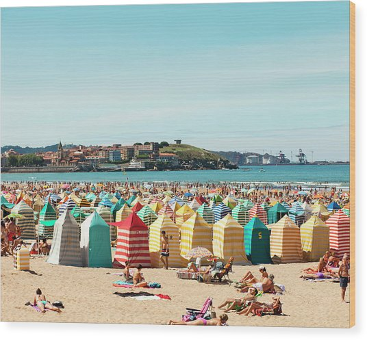 People Relaxing On Gijón Beach Wood Print by Roc Canals Photography