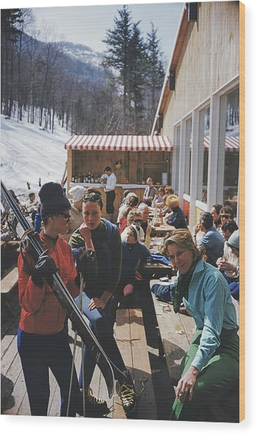 Ski Fashion At Sugarbush Wood Print by Slim Aarons