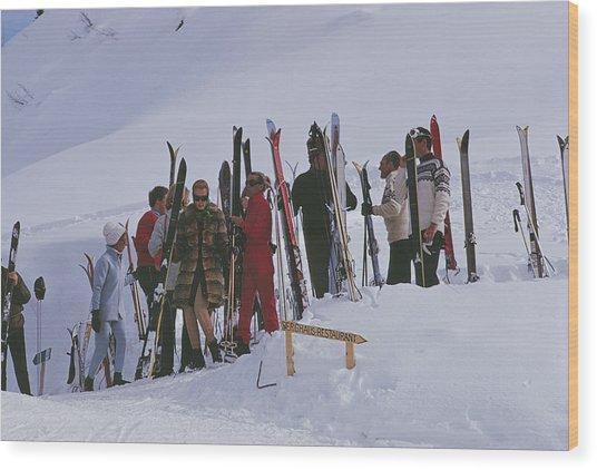 Skiers At Gstaad Wood Print by Slim Aarons