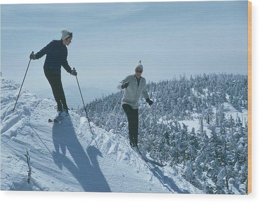 Skiers At Sugarbush Wood Print by Slim Aarons
