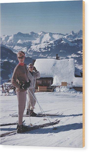Skiers In Gstaad Wood Print by Slim Aarons
