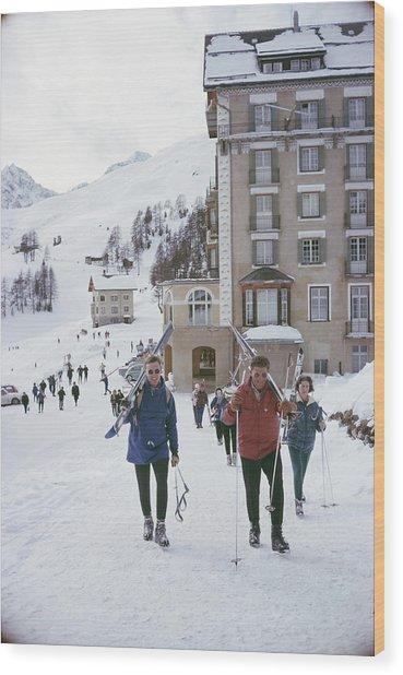 Skiers In St. Moritz Wood Print by Slim Aarons