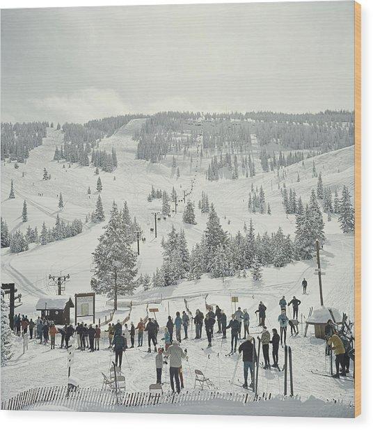 Skiing In Vail Wood Print by Slim Aarons