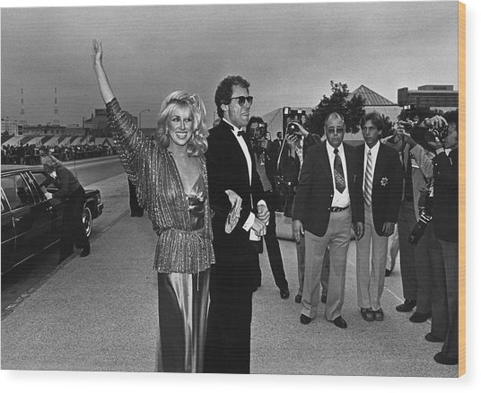 Suzanne Somers Arrives At The Emmy Wood Print by George Rose