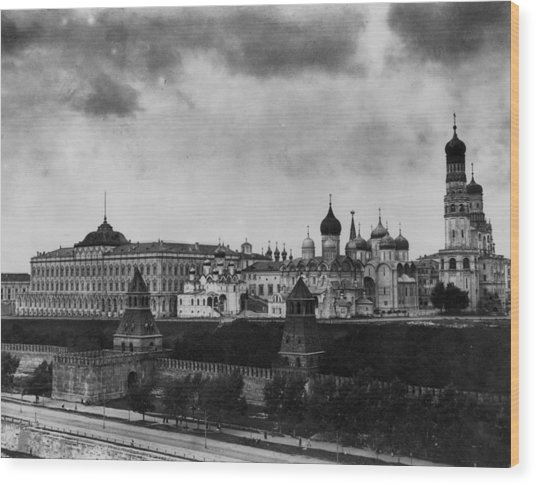 The Kremlin Wood Print by Topical Press Agency