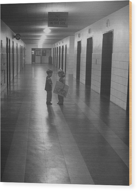 Three-yr-old Boy And Girl Talking In Emp Wood Print by Nina Leen