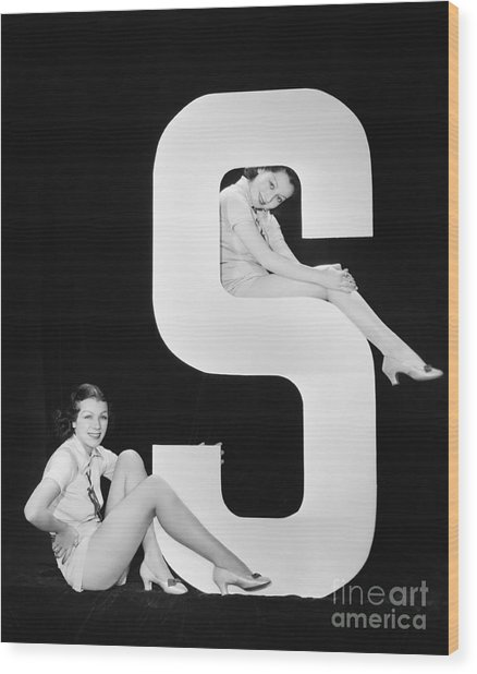Women Posing With Huge Letter S Wood Print by Everett Collection