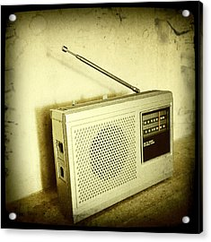 Old Radio Acrylic Print by Les Cunliffe