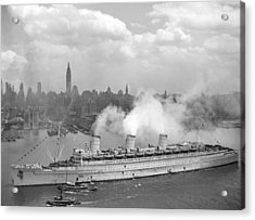Rms Queen Mary Arriving In New York Harbor Acrylic Print by War Is Hell Store