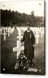 Wwi American Mother At Her Son's Grave Acrylic Print by Historic Image