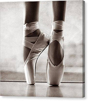 Ballet En Pointe Canvas Print by Laura Fasulo