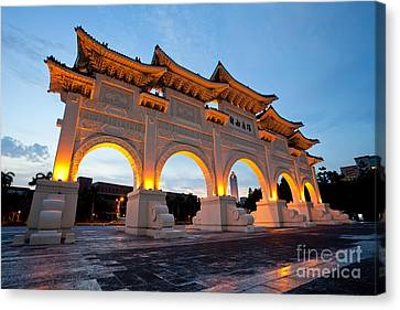 Canvas Print - Chinese Archways On Liberty Square In Taipei Taiwan by Fototrav Print