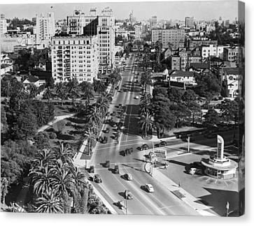 Wilshire Boulevard In La Canvas Print by Underwood Archives
