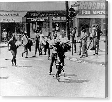 1965 Watts Riot Looting Canvas Print by Underwood Archives