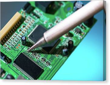 Soldering An Circuit Board Canvas Print by Wladimir Bulgar