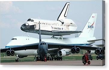 747 Transporting Discovery Space Shuttle Canvas Print by Science Source