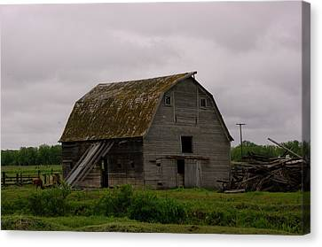 A Barn In Northern Montana Canvas Print by Jeff Swan