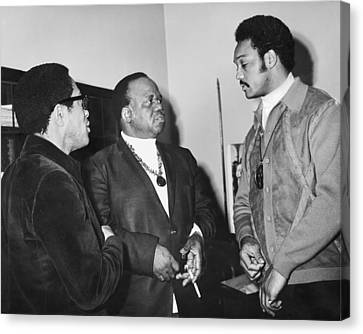 Abernathy And Jesse Jackson Canvas Print by Underwood Archives