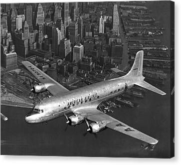 American Dc-6 Flying Over Nyc Canvas Print by Underwood Archives