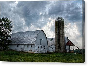 Amish Barn Canvas Print by Linda Unger