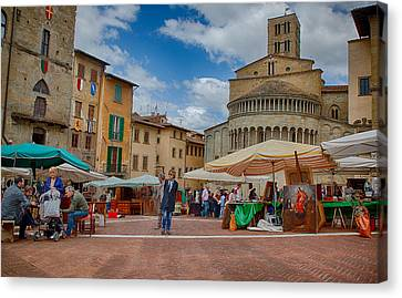 Canvas Print featuring the photograph Arezzo Market Day by Uri Baruch