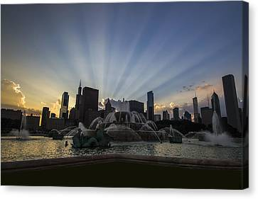 Buckingham Fountain With Rays Of Sunlight Canvas Print by Sven Brogren