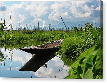 Canoe Withe Floating Farm On Inle Lake Canvas Print by Keren Su