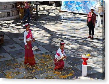 Child Performers - Wat Phrathat Doi Suthep - Chiang Mai Thailand - 01131 Canvas Print by DC Photographer