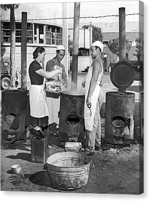 Cooking Pasta In Cinecitta Canvas Print by Underwood Archives