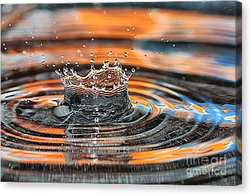 Canvas Print featuring the photograph Crown Shaped Water Drop Macro by Teresa Zieba