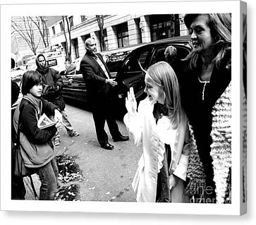 Dakota Fanning Waves To A Young Fan In Nyc 2007 Canvas Print