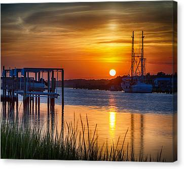 Days End On Water Canvas Print by Alan Raasch