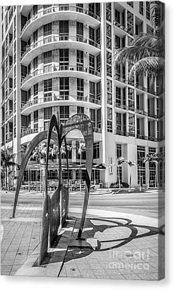 Duenos Do Las Estrellas Sculpture - Downtown - Miami - Black And White Canvas Print by Ian Monk