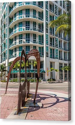 Duenos Do Las Estrellas Sculpture - Downtown - Miami Canvas Print by Ian Monk