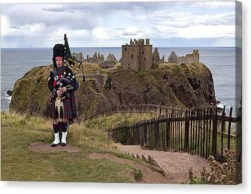 Dunnottar Piper Canvas Print