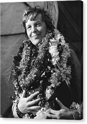 Amelia Earhart Canvas Print - Earhart Arrives In Hawaii by Underwood Archives