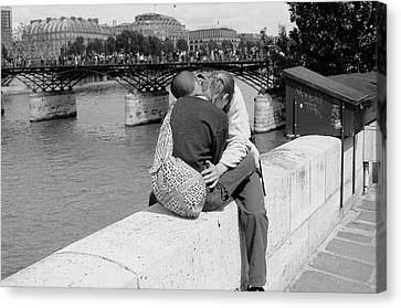 Canvas Print featuring the photograph Embrace-paris by Dave Beckerman