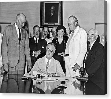Fdr Signs Social Security Bill Canvas Print by Underwood Archives