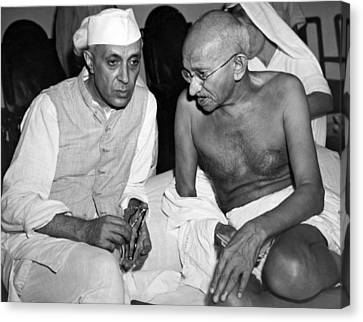 Gandhi Talks With Nehru Canvas Print by Underwood Archives