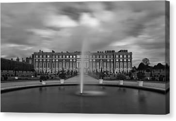 Hampton Court Palace Fountain Canvas Print by Maj Seda