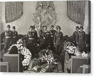 Hermann Goering At The Funeral Canvas Print by Everett