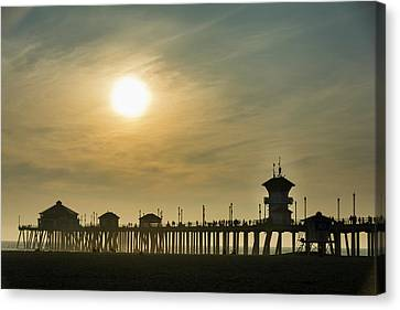 Huntington Pier And Sun Canvas Print by Roberto Lopez