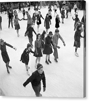 Collier Canvas Print - Ice Skating In Rockefeller Center, 1941 by Science Source