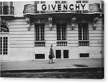 Isabel O'donnell In Front Of Givenchy Canvas Print by Knight Russell
