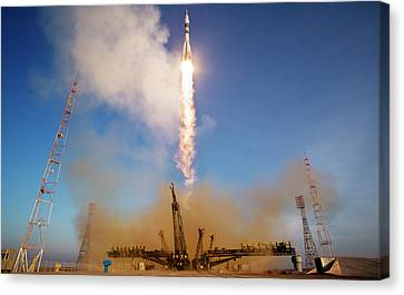 Iss Expedition 46 Launching Canvas Print by Nasa/joel Kowsky